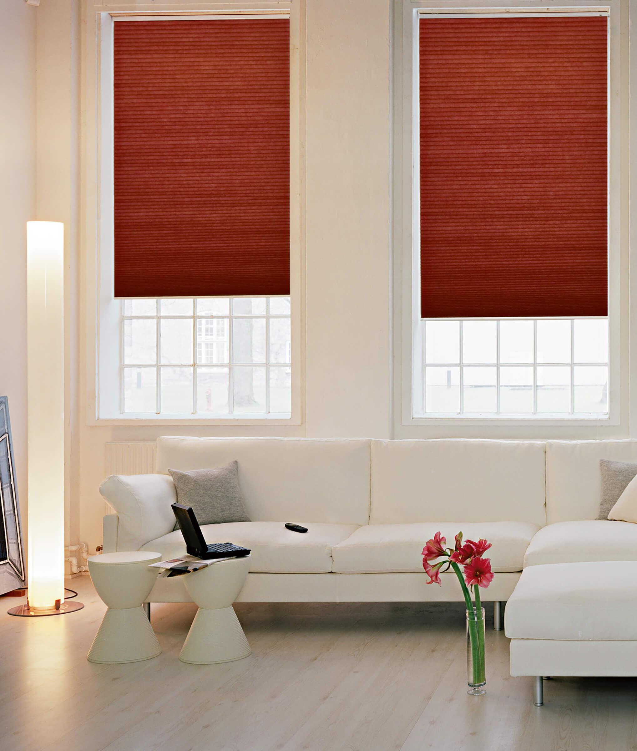 Rotbraune Wabenplissees zum Sonnenschutz im Wohnzimmer