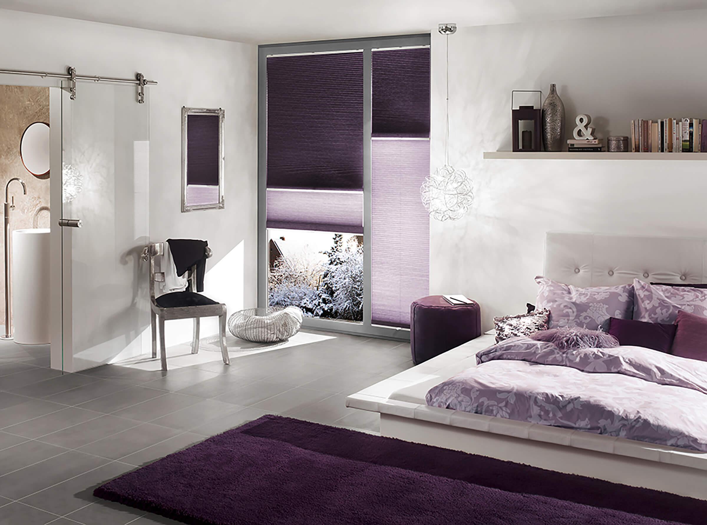 Violette Tag-Nacht Kombi Wabenplissees im Schlafzimmer in der Nacht