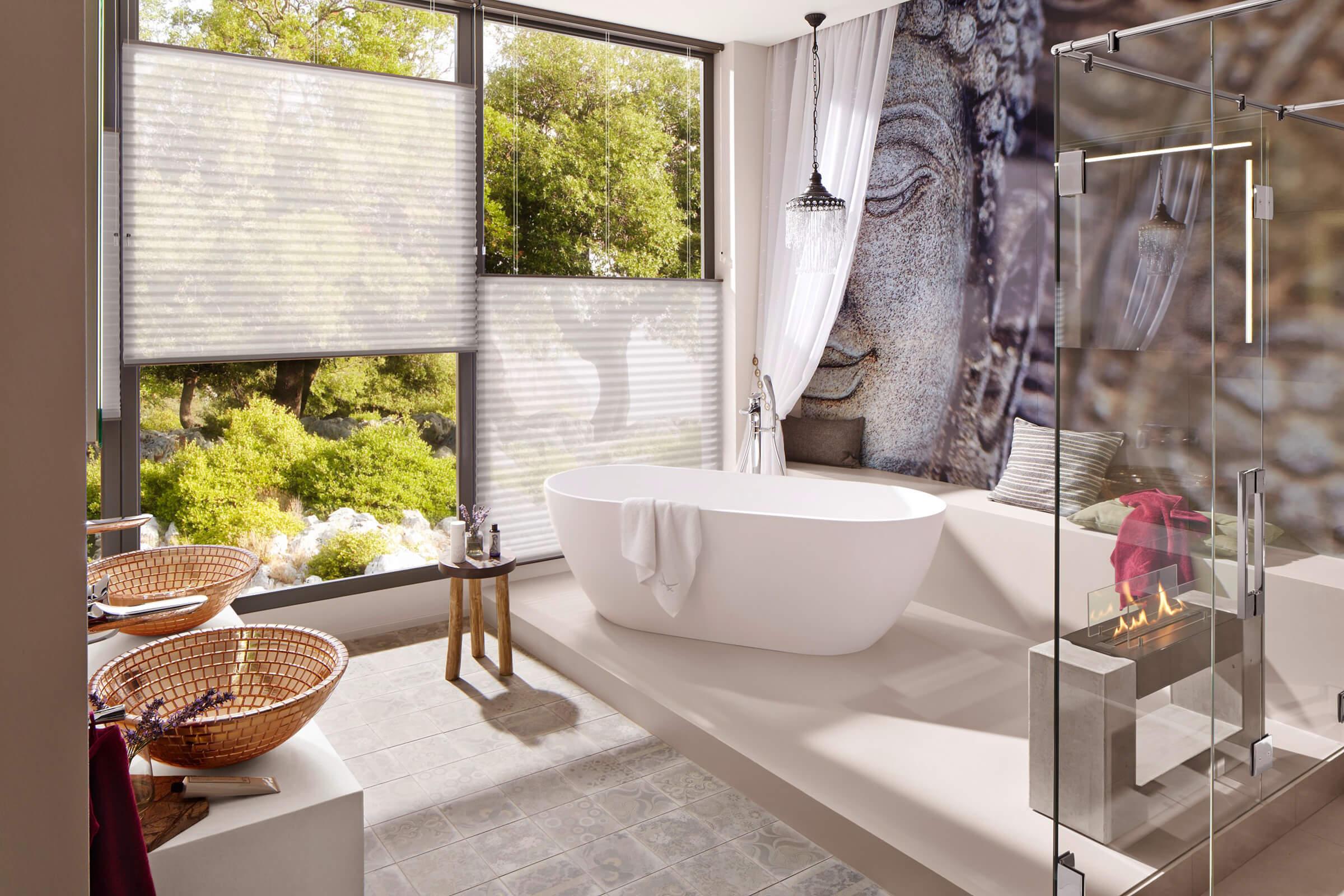 Weisse Wabenplissees mit zwei Zugschnüren im Badezimmer