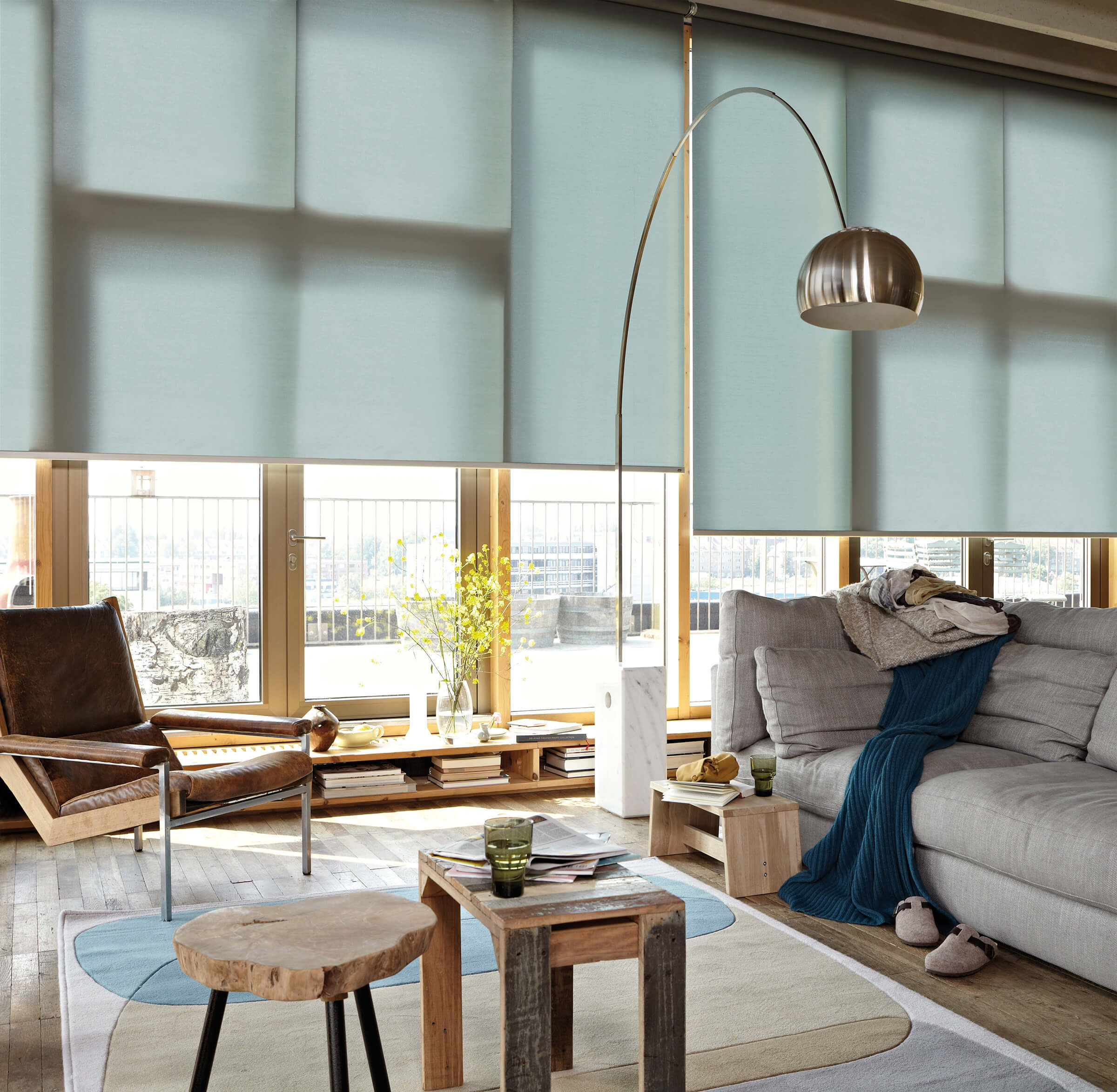 Blau-Grüne Luxaflex Rollos im Wohnzimmer