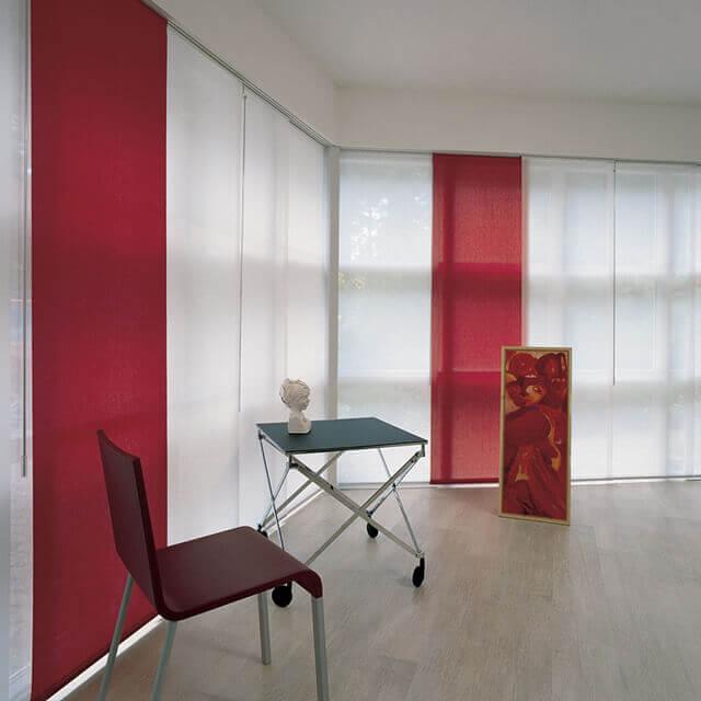 Flächenvorhang in weiß mit dekorativem rotem Panel