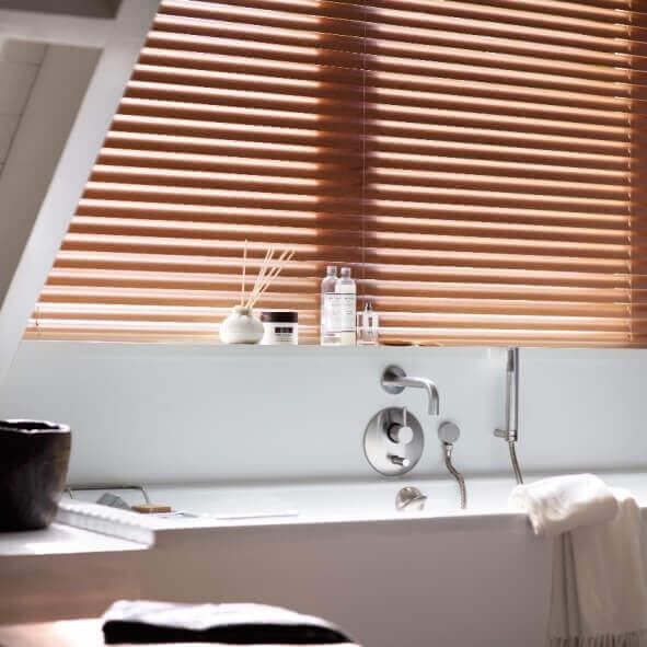 Effektiver Sichtschutz mit Jalousien für Feuchträume