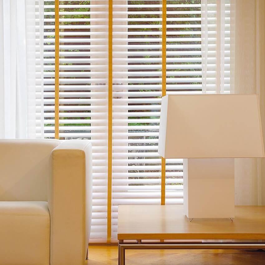 Klassisch chic, Jalousien mit breitem Leiterband fürs Wohnzimmer