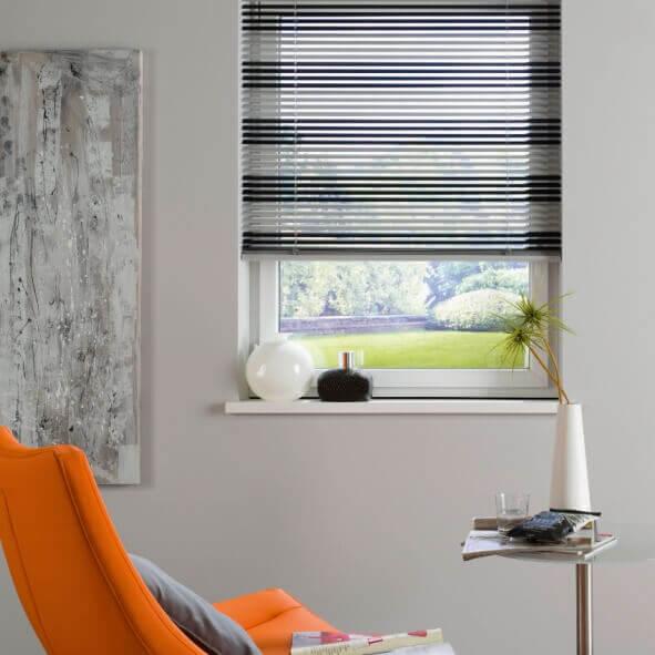 Jalousie mit Lamellen in schwarz und weiß im Wohnzimmer