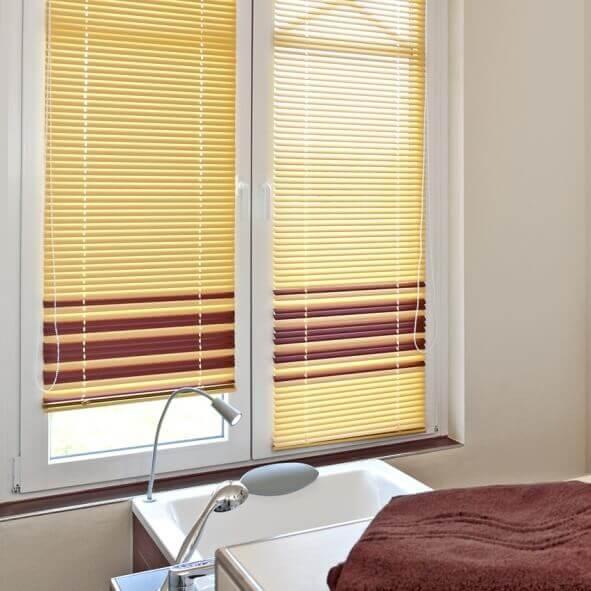 Jalousie mit Farbwechsel-Lamellen in braun und gelb im Badezimmer