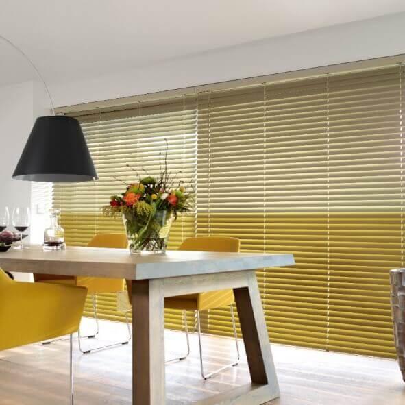 Moderne Jalousie im Esszimmer mit gelbem Farbverlauf