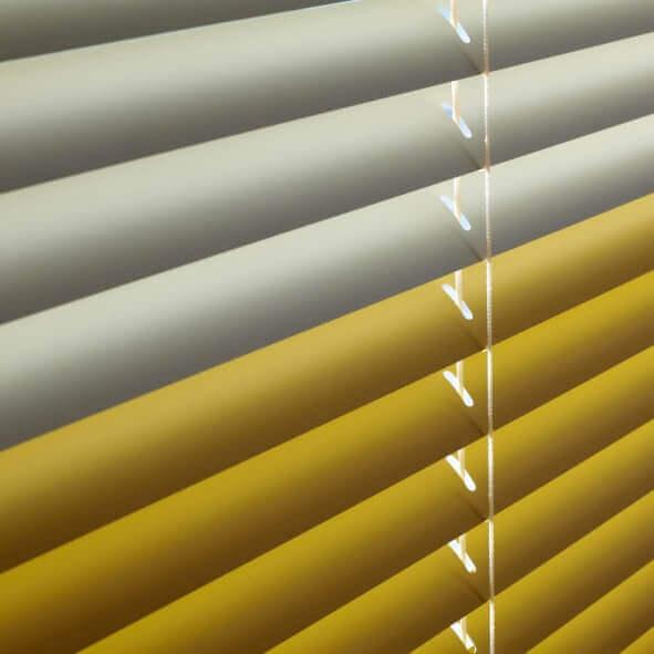 Detailansicht Farbwechel-Jalousie in zwei Gelbtönen - geschlossene Lamellen