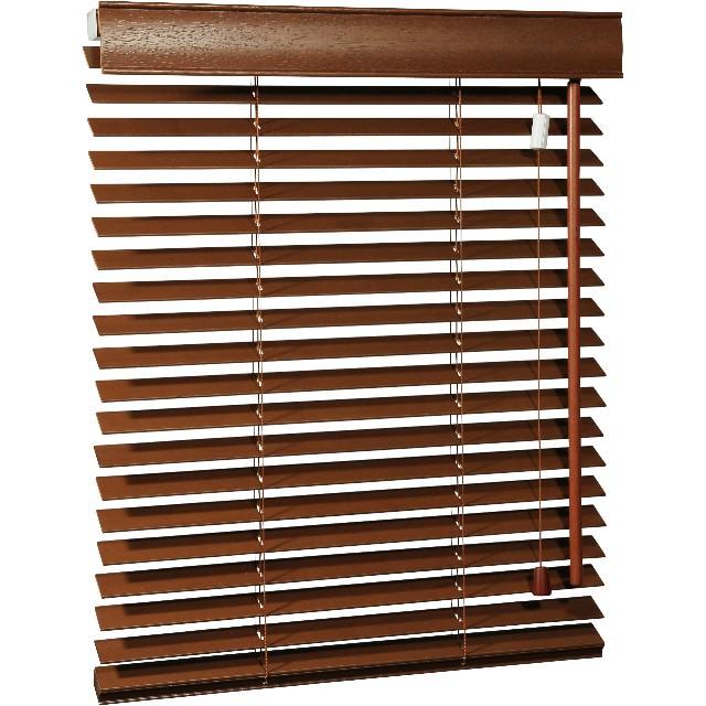 Holz-Jalousie mit Drehstab und Zugschnur Ansicht seitlich mit offenen Lamellen