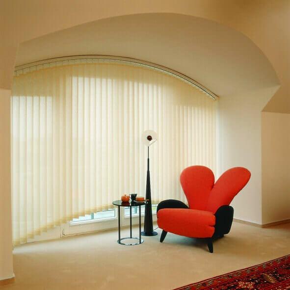 Gebogene Vertikalanlage hellgelb im Wohnzimmer
