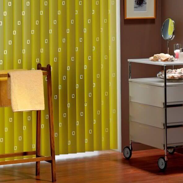 Badezimmer mit Lamellenvorhang in Gelb