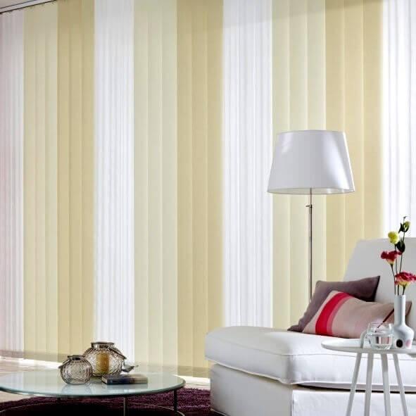 Lamellenvorhang mit Farbverlauf in weiß, creme, beige im Wohnzimmer