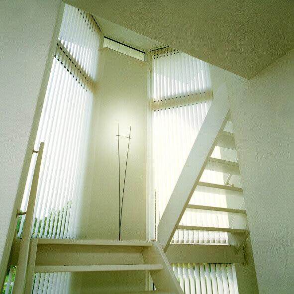 Lamellenvorhang in weiß - schlicht und edel zugleich, perfekt für Fenster am Treppenaufgang