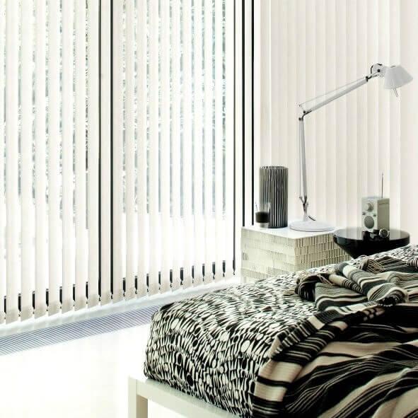 Weiße Lamellenvorhänge im Schlafzimmer