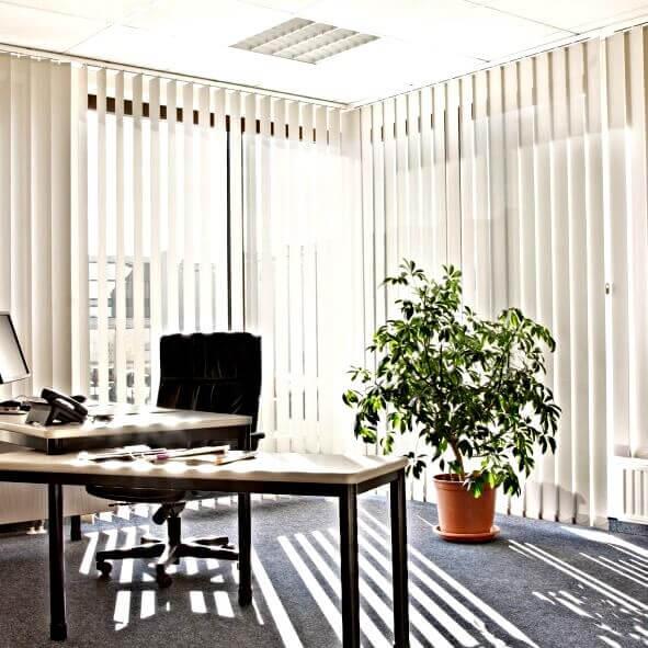 Lamellenvorhang in beige für Bürozimmer