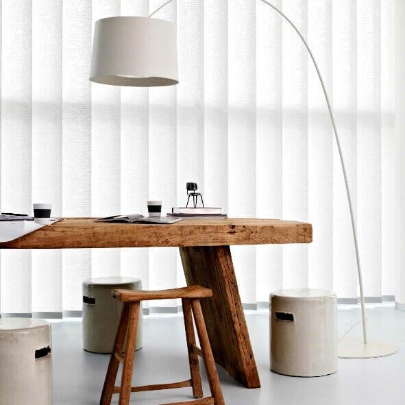 Moderner Lamellenvorhang in weiß mit 127mm Lamellenbreite für den Wohnbereich