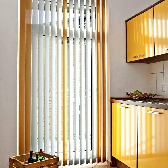 Multicolor Lamellenvorhang in weiß und gelb in der Küche