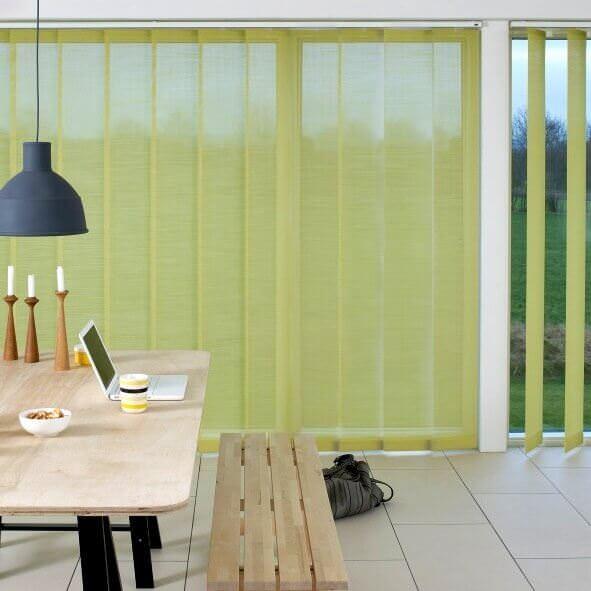 Lamellenvorhang mit 127mm Lamellenbreite im Essbereich in zartem grün