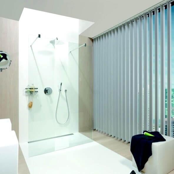 Lamellenvorhang in grau für Badezimmer mit großer Fensterfläche