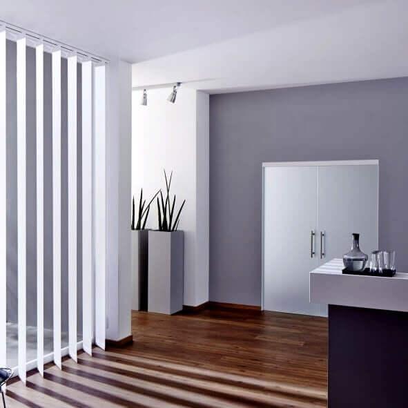 Weißer Lamellenvorhang mit breiten Lamellen zur optischen Abtrennung eines Raumes