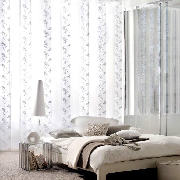 Lamellenvorhang in weiß mit Dekor fürs Schlafzimmer