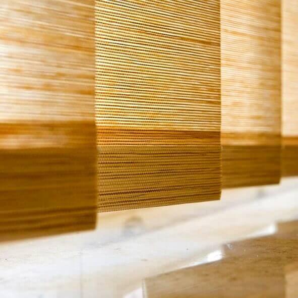 Lamellenvorhang in der Farbe beige, im Detail