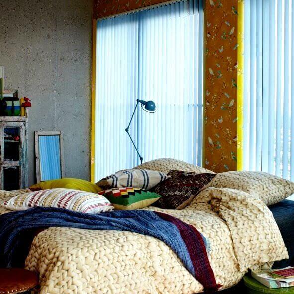 Lamellenvorhang in grau für Schlafzimmer mit großen Fensterflächen