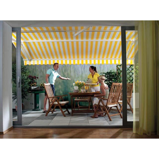 Trotz Regen trocken auf der Terrasse sitzen mit der Regenmarkise SUNSRAIN von Leiner