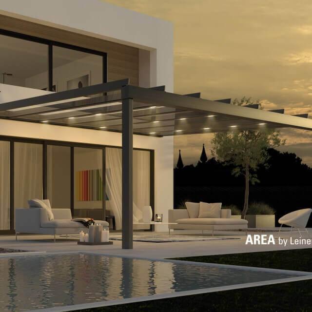 Terrassenglassystem AREA exclusiv bei Sonnenuntergang mit geöffneten Glasflächen