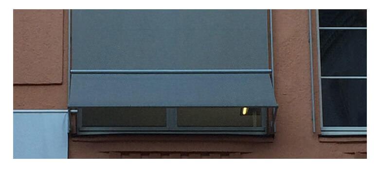 Markisoletten am Fenster, blau / weiß gestreift