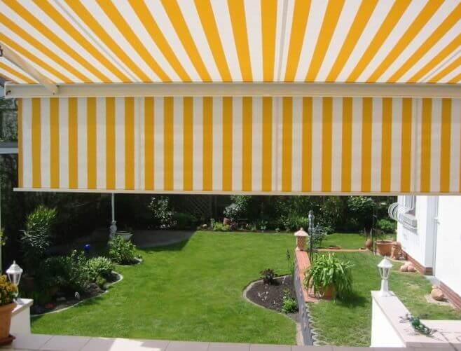 Como Kassettenmarkise in gelb mit Volant Ansicht in den Garten
