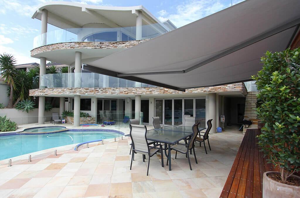 Terrasse am Pool mit einer Markise von LEINER - Modell GARDA HK