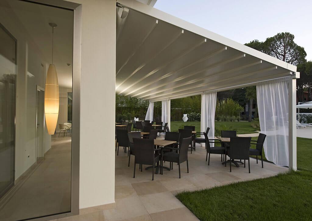 Terrassenüberdachung PERGOLA SUNRAIN L mit leichten Gardinen im Garten