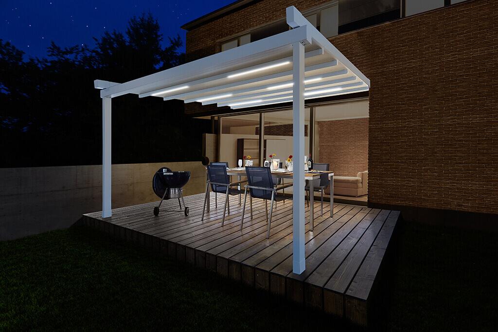 PERGOLA SUNRAIN L mit Beleuchtung auf einer Holzterrasse