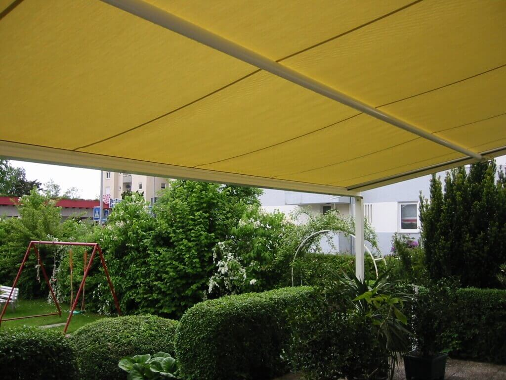 Großflächige Terrasse mit gelber PERGOLA WGB 150