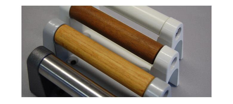 Nahaufnahme der Griffe in verschienden Optiken, von Holz bis Alu