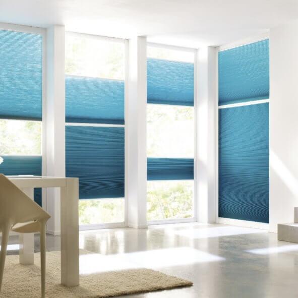 Wabenplissees in türkis / blau für den modernen Essbereich