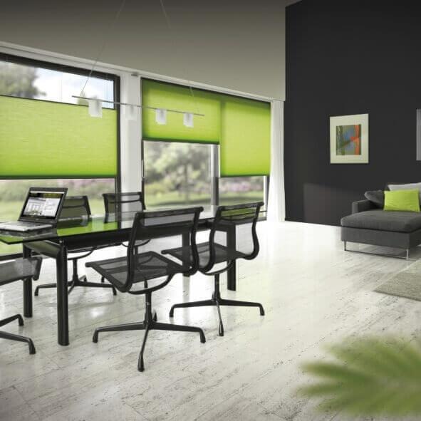 Grüne Faltstores / Wabenplissees für Büroräume
