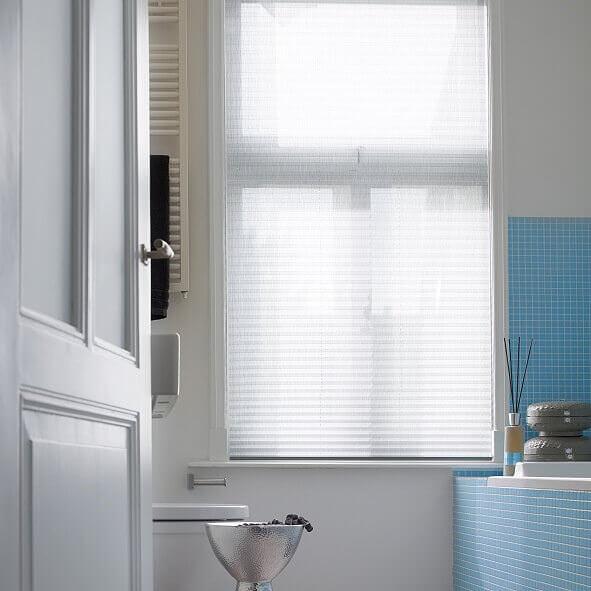 Plissee Modell F1 – freihängend mit Schnurzug in weiß fürs Badezimmer geschlossen