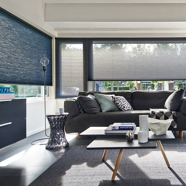 Freihängendes Plissee im modernen Wohnzimmer in blau und grau