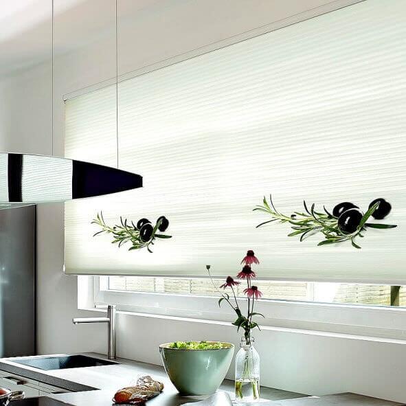 Plissee mit Oliven-Motiv in der Küche