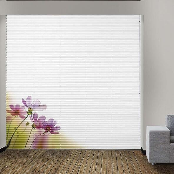 Plissee mit großem Blumenmotiv für große Fensterflächen im Wohnzimmer