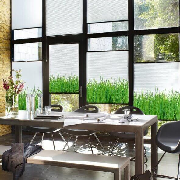Plissee mit Einzelmotiv Gras als Sichtschutz im Essbereich