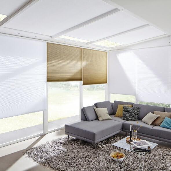 Plissees in weiß und braun, Modell VS1 mit einem Bediengriff, im Wohnzimmer / Wintergarten
