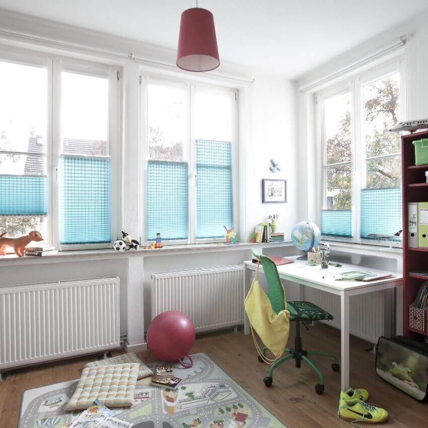 Blaues Plissee Modell VS2 mit zwei Bediengriffen fürs Kinderzimmer