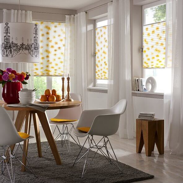 Weißes Plissee mit gelbem Blumendekor, elegant für das Esszimmer