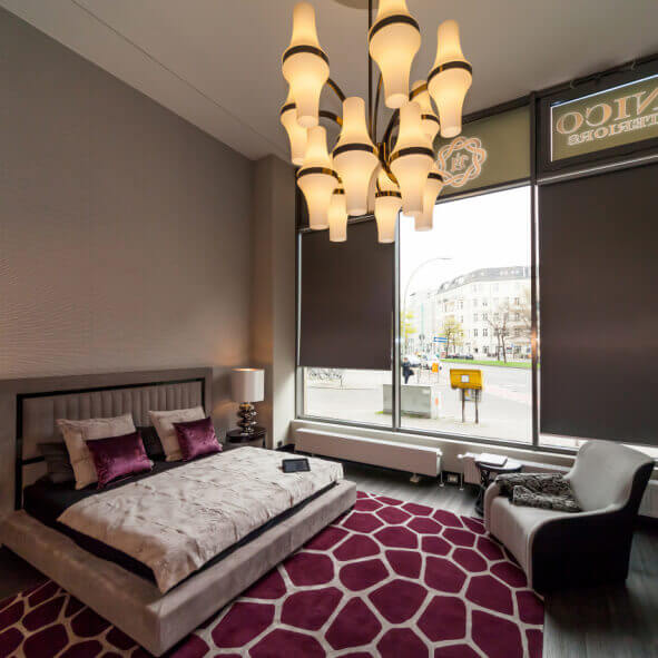 eRollo in luxuriösem Schlafzimmer