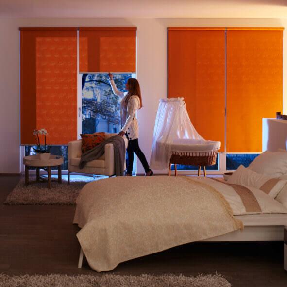 eRollo orange Schlafzimmer nachts
