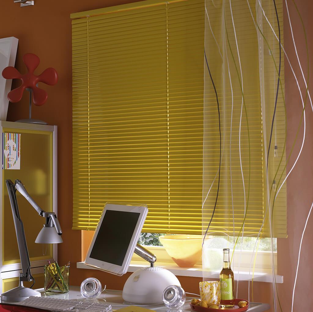 Gelbe Jalousie in farbenfrohem Zimmer