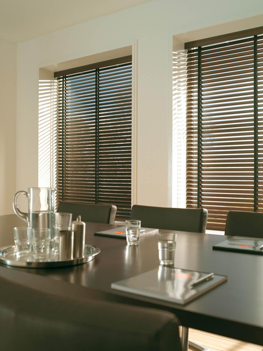 Klassiche Optik im Meetingraum, mit Holz-Jalousien
