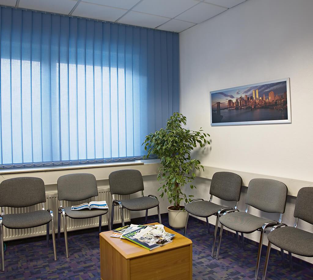Blauer Lamellenvorhang im Wartezimmer
